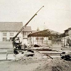 普通教室としてプレハブ校舎を建築